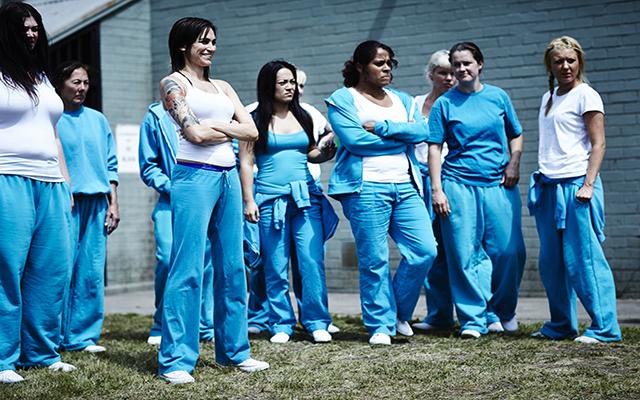 Wentworth - Nicole da Silva alias Franky Doyle con altre detenute nel cortile della prigione. © Foxtel, all rights reserved