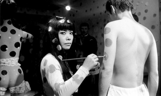 yayoi-kusama-paints-dots-body-painting-for-kusamas-self-obliteration
