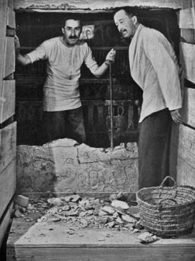 Carter e Lord Carnarvon davanti alla tomba