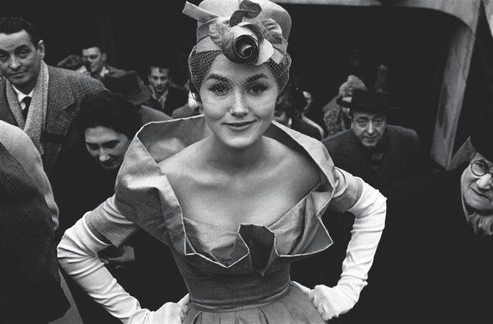 1. Parigi, Monique Dutto all'uscita della metro 1959_preview
